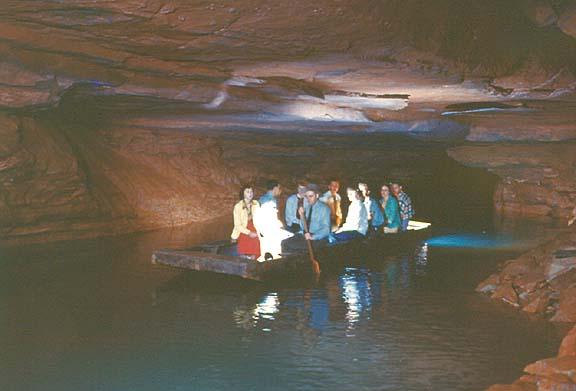 Осмотр пещеры на лодке по реке Эхо